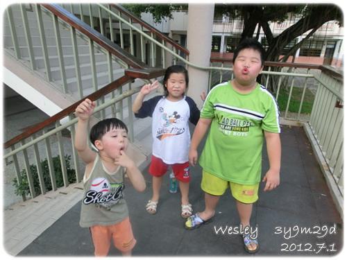 120701-三小人扮鬼臉