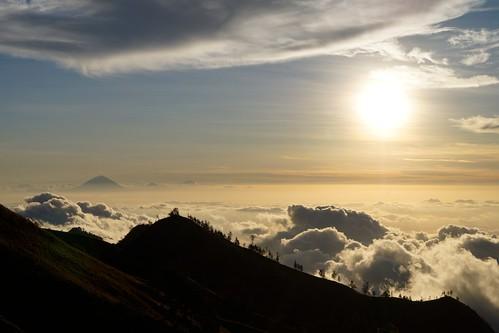 strand sand insel berge seen lombok indonesien krater rinjani jungel vulkane