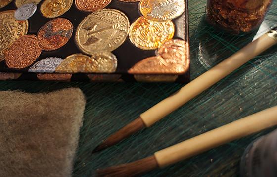 新しい日本の伝統工芸をみんなでつくる。現代の金唐革プロジェクト