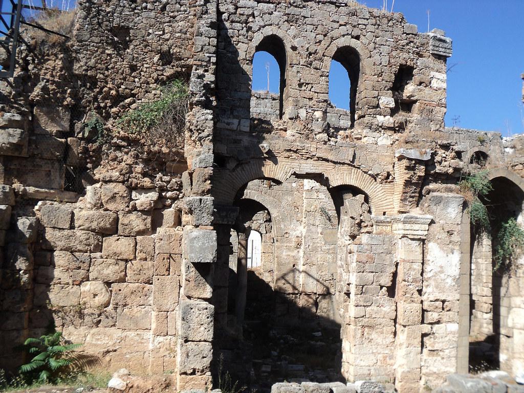 Античный храм II в., бывший впоследствии и византийской церковью Девы Марии, и католическим храмом, и мечетью, разрушенной в итоге пожаром в 1846 г.