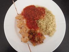 Tandoori inspireret kylling med gule ris, relish og tomatsauce
