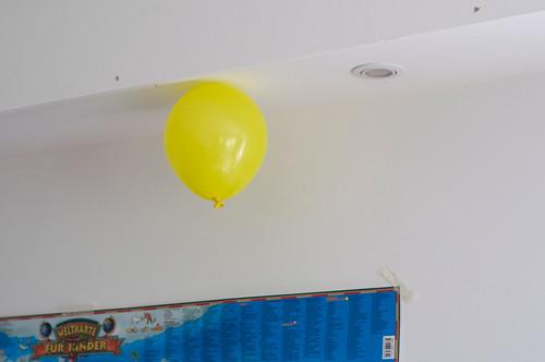 Luftballon ohne Gas klebt an der Decke