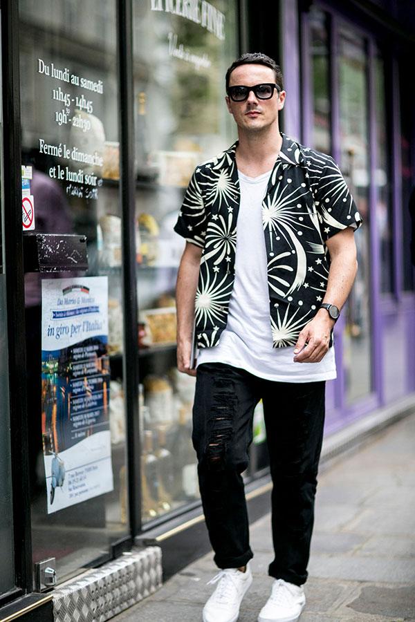 黒柄シャツ×白無地Tシャツ×黒ダメージパンツ×白ローカットスニーカー