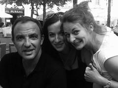 Anne-Gaëlle et Julie avec Nikos Aliagas (version n&b)