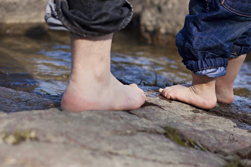 pies en el agua