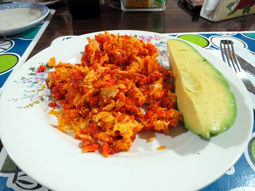 Huacho sausage with scrambled eggs, avocado.