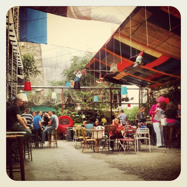 Szimpla kert, bar délabré/recup de Budapest : Photo de Emma Danielsson
