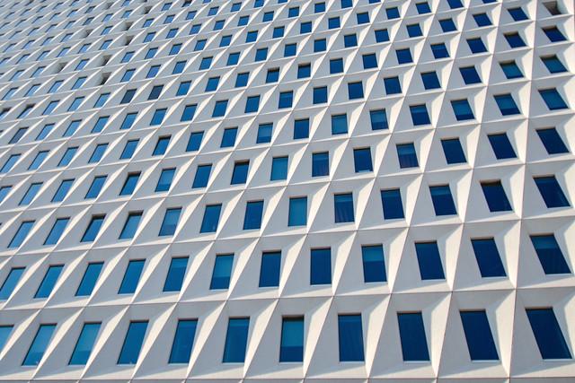 Vista de la fachada de la Oficina Municipal Leyweg. La Haya. Países Bajos.
