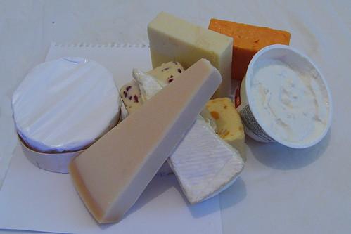 selezione di formaggi disposti sul tavolo