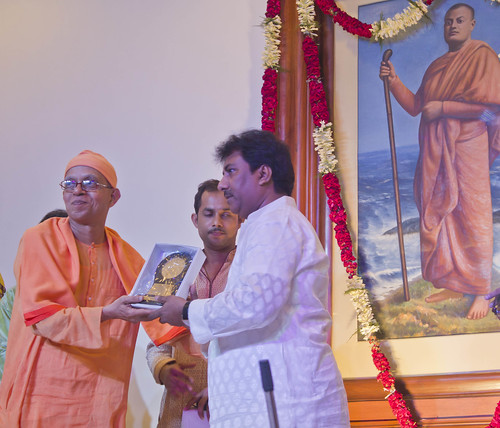 Felicitation of the artists by Swami Shantatmanandaji