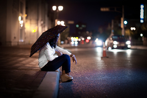 street umbrella lights dof bokeh sb600 citylife 85mm mixedlightsources lightfalloff su800 d700 nikond700 troyhoodimages tehimages