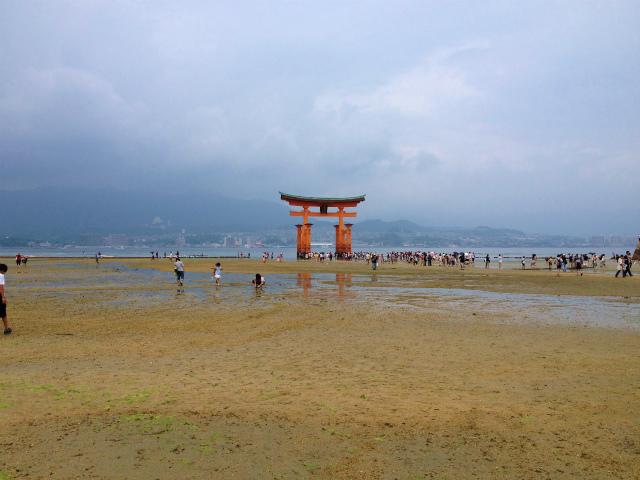 干潮時の厳島神社鳥居