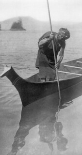 A Clayoquot fisherman catching flounders and other flat fish, British Columbia, 1916 / Pêcheur de la bande de Clayoquot pêchant de la plie et d'autres espèces de poisson plat, Colombie-Britannique, 1916