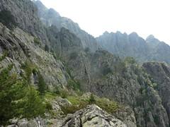 Vire de l'Andadonna : vue générale de l'Andadonna avec la dernière partie de la vire et la partie précédente derrière l'arête