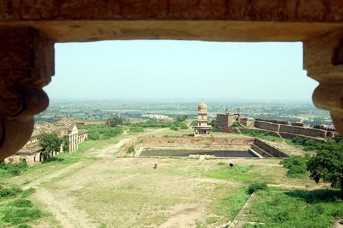 Biick durch ein Fenster in das innere des Fort; zu sehen sind Tempel und ein Wasserreservoir