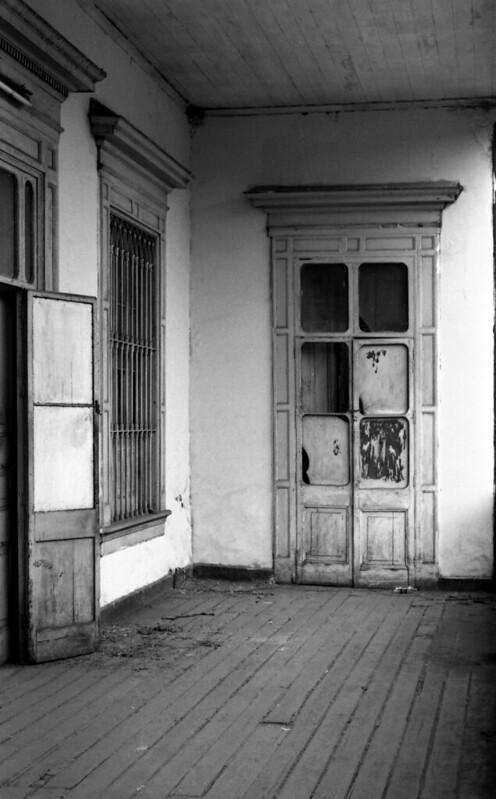 Fotografía convencional, Lima en rollo: Detalle de Casona Amat: La casona perteneció al Virrey Amat, en la República a Federico Villareal y al pintor Sérvulo Gutierrez.