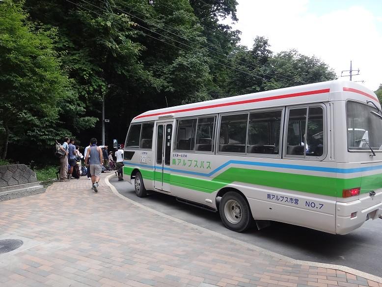 南アルプスバス 広河原からはまた甲府行のバスに乗り換え。この甲府行が、運が悪いと立つハ... 仙