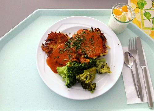 Zucchinipuffer mit Brokkoli & Tomatensauce / Zucchini pancakes with broccoli & tomato sauce