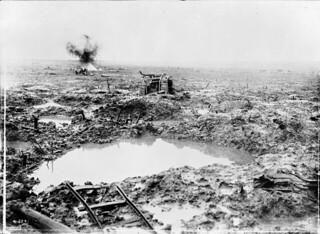 Tank in badly shelled mud area, Battle of Passchendaele / Char d'assaut dans une zone ayant été très bombardée. Bataille de Passchendaele
