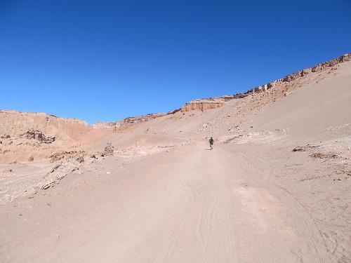 Le désert d'Atacama: el Valle de la Muerte (la Vallée de la Mort). La dernière partie monte, et dans le sable, c'est galère... ;)
