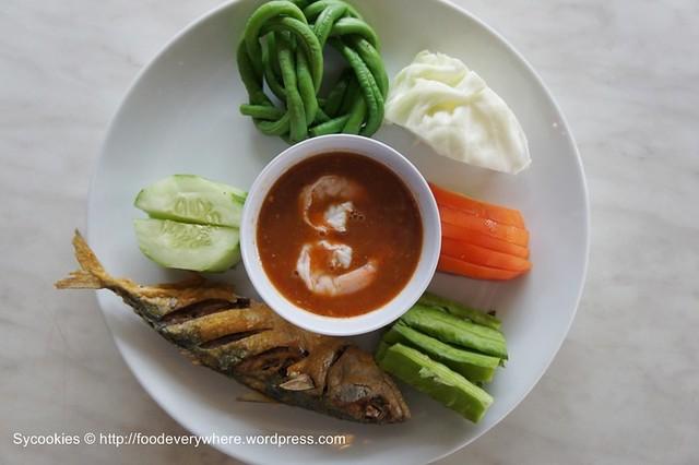 1.deep fried fish & vegetable with kapi sauce RM13 @blue dragon (1)