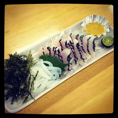 いらぶちゃーとイカの刺身、海ぶどうに沖縄産のシークヮーサー。酢味噌で。