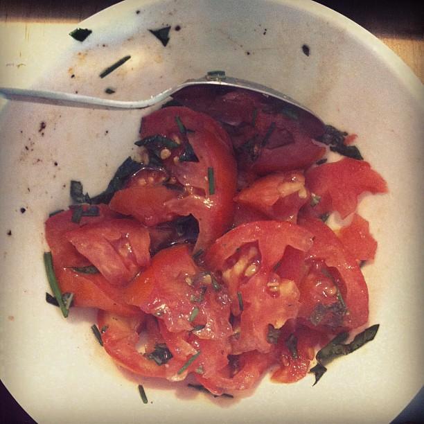 Salada de tomate com orégãos, manjericão e e cebolinho, temperada com azeite, vinagre balsâmico e pimenta.