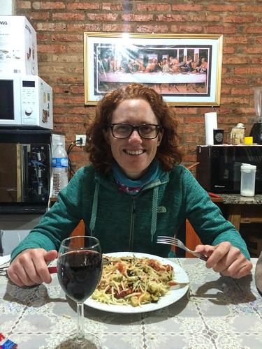 Puerto Iguazu: spaghettis avec tomates, courgettes et brocoli préparés par Mister J. Un délice ! Remarquez la Cène derrière ;)