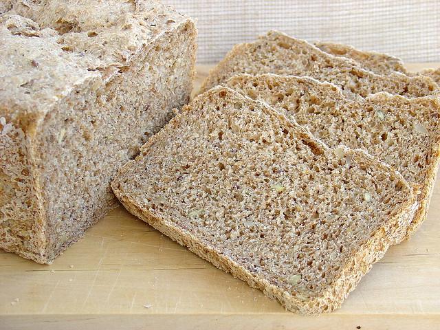 Pan de cereales con semillas en panificadora