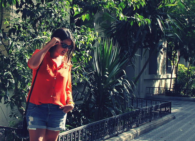 look camisa naranja + shorts
