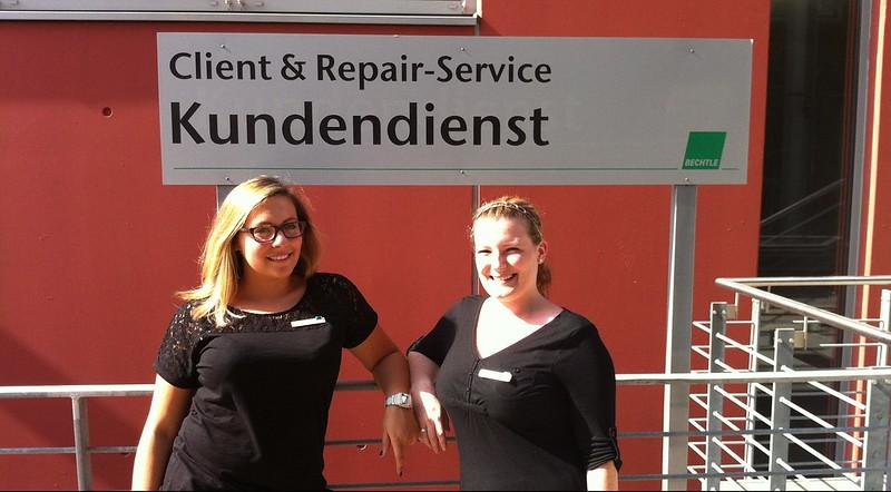 Sabrina und Daniela vor dem Bechtle Client & Repair-Service