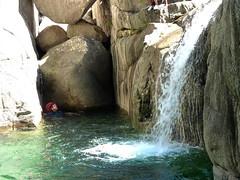 Descente aquatique du ruisseau : tentative de saut dans la vasque-cascade centrale (Caroline)