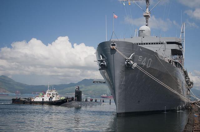 USS Hawaii pulls alongside the submarine tender USS Frank Cable.