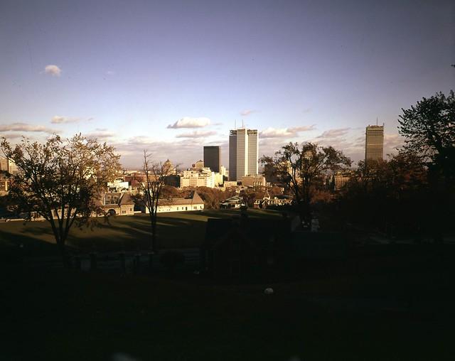 La place ville-marie en construction et le centre-ville de montréal