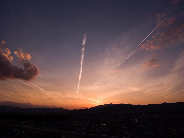秋の夕焼けと飛行機雲と