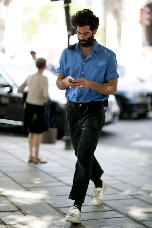 青シャツ×ブラックジーンズ×白ローカットスニーカー