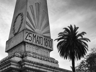 Attēls no Pyramid of May. urban bw monument latinamerica southamerica argentina buenosaires pyramid landmark palm historic palmtree plazademayo piramide piramidedemayo maypyramid