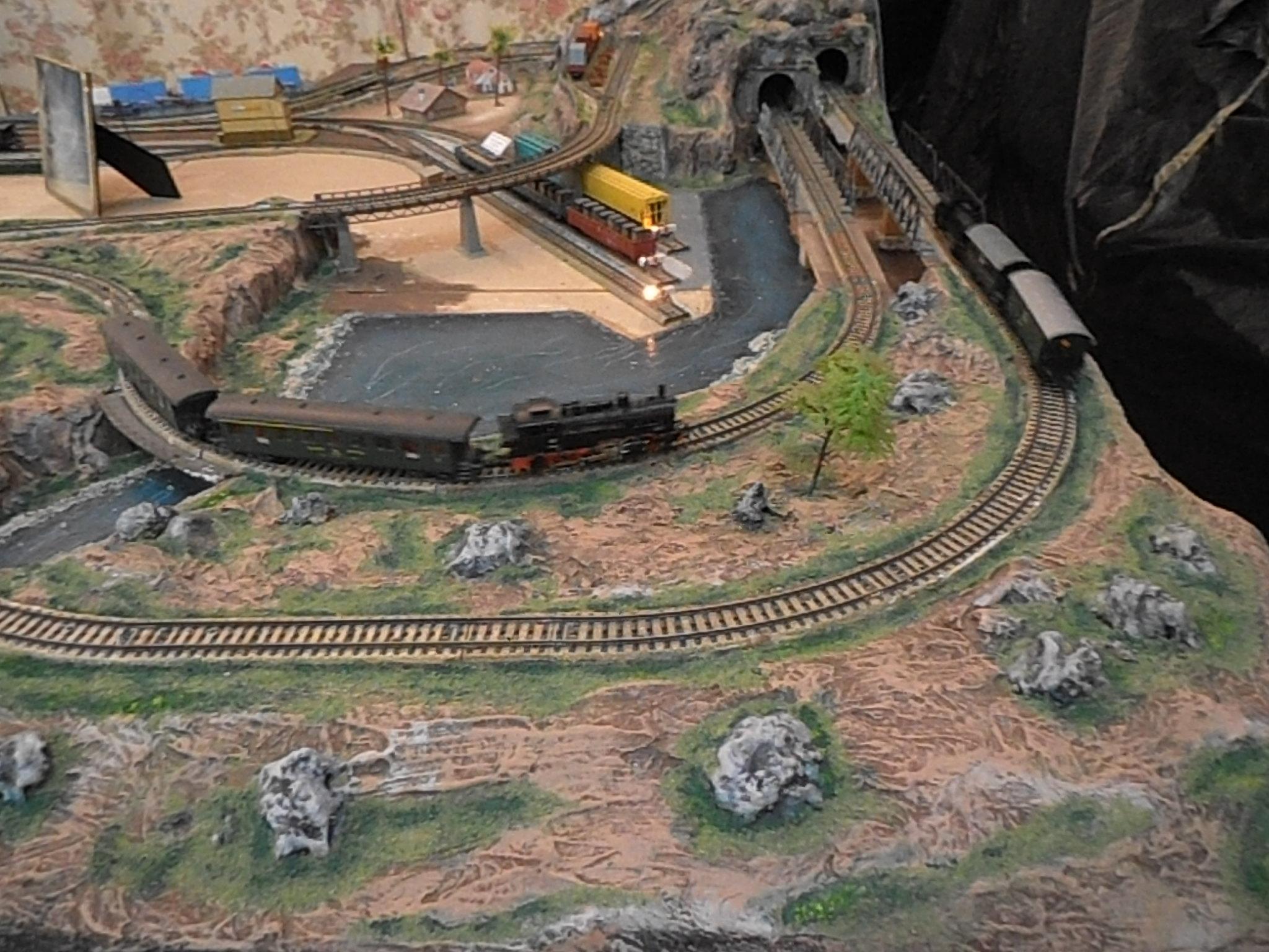 Trenes circulando por la maqueta