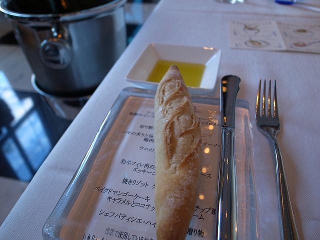 <p>c)ガラスのパン皿の下にお料理メニューがあります。<br /> パンは3種類出てきました。どれもこれも美味しいパンでした。</p>