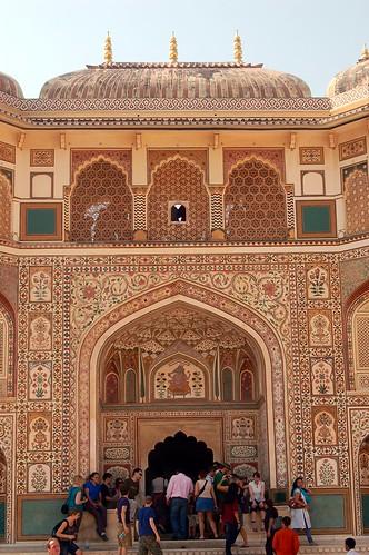Der Eingang zum inneren Hof zeigt eine Darstellung der Ganesha Verehrung. Oben ist ein Wandelgang mit dem die Besucher beobachtet werden können.