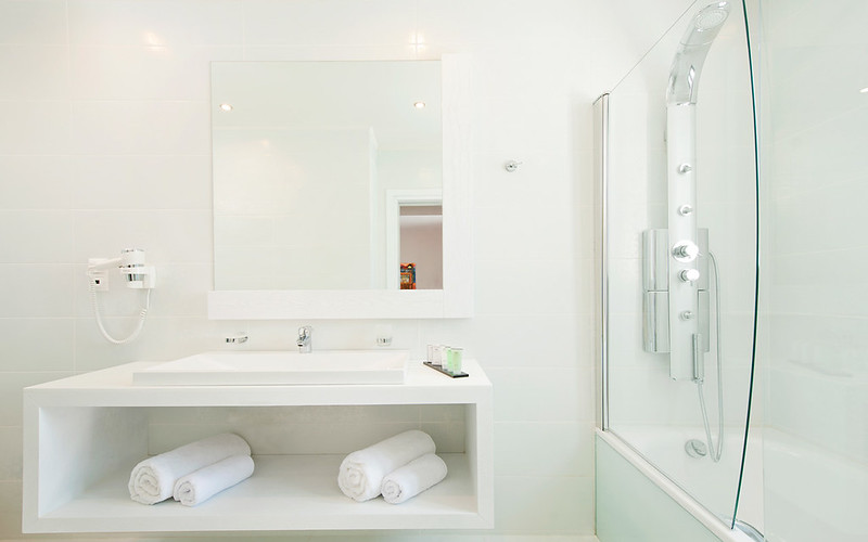 All white bathrooms 5 pristine examples for All white bathroom designs