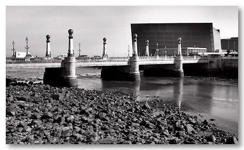 Ponte de Zurriola sobre o rio Urumea by VRfoto