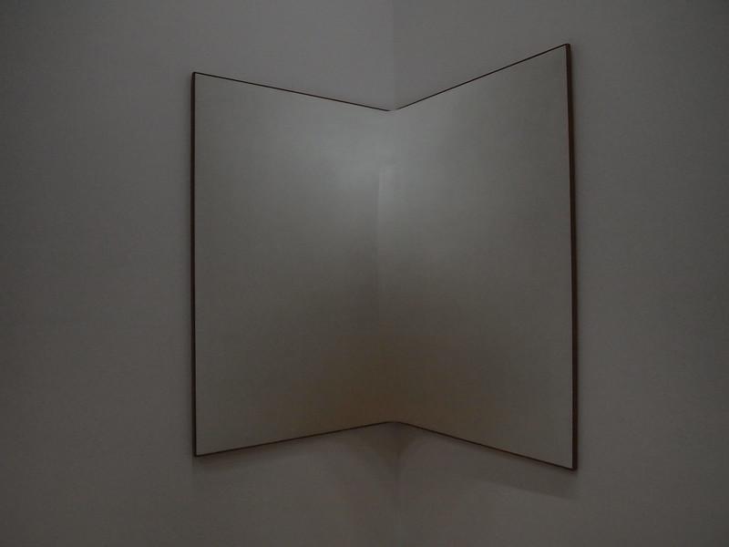 Enrico Castellani - Superficie angolare bianca nº6 (1964)