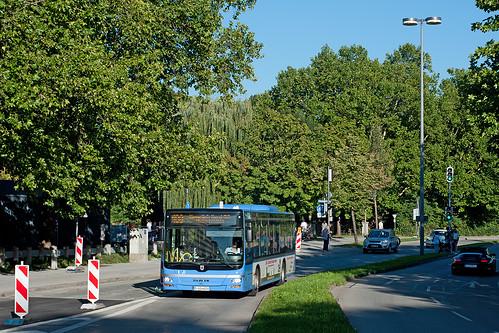Noch ist Wagen 4224 nahe der Königinstraße in der Sonne, doch gleich taucht er in den Altstadtringtunnel ab