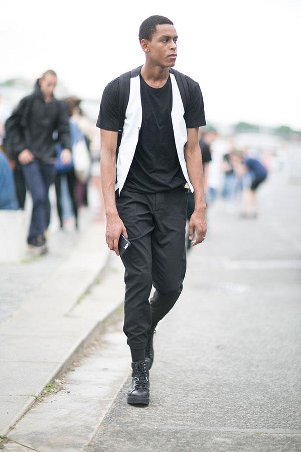 黒無地Tシャツ×白ジレ×黒リブパンツ×黒レースアップブーツ