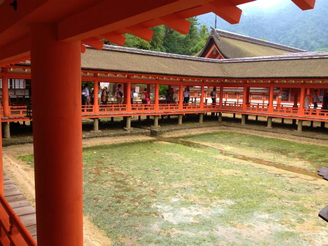 厳島神社境内の入口付近