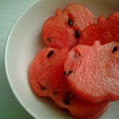 grapefruit(0.0), vegetable(0.0), citrus(0.0), tomato(0.0), plant(0.0), produce(0.0), dish(0.0), watermelon(1.0), fruit(1.0), food(1.0),