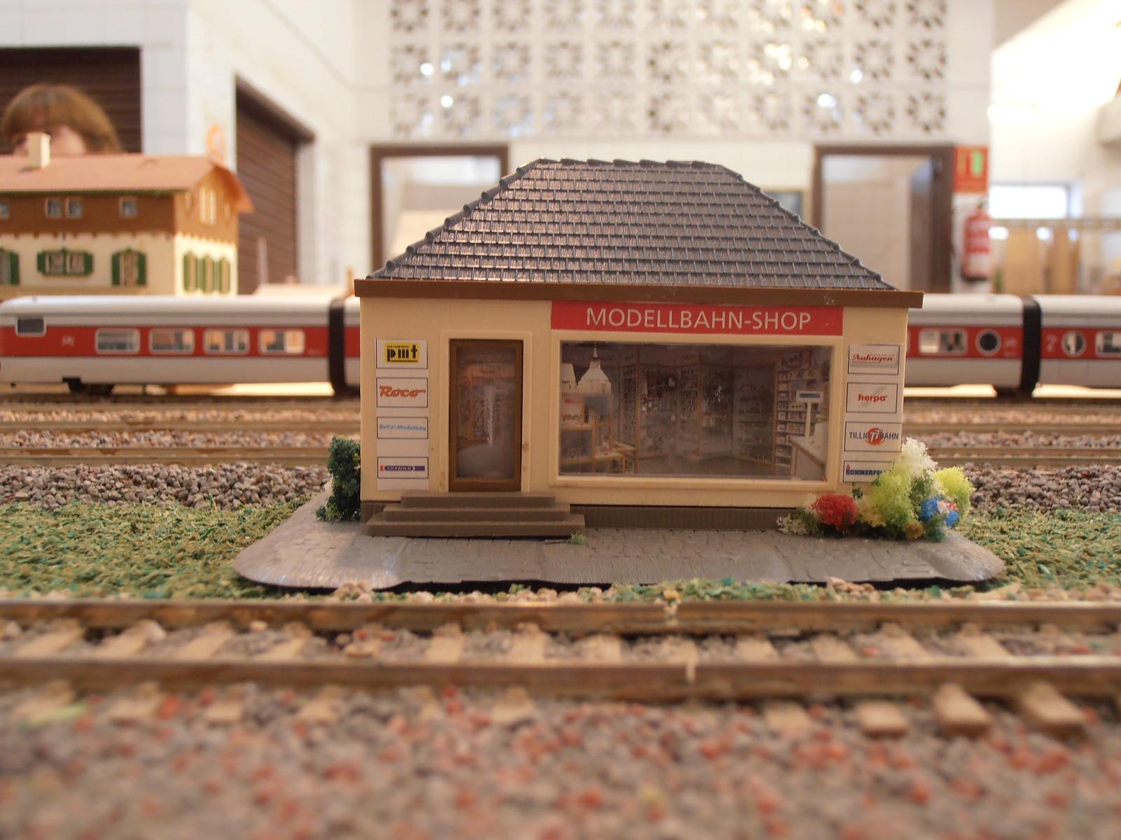Detalle de la tienda de Modelismo Ferroviario con la que cuenta la maqueta de HO