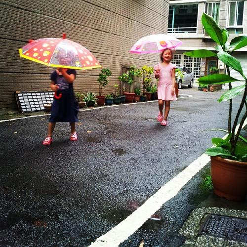 20120831 傘買來一直沒機會用 雨小了 下樓散散步吧!!