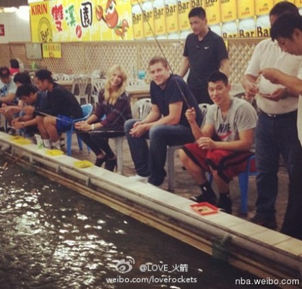 August 29th, 2012 - Jeremy Lin with David Lee and others at the Shihlin Night Market in Taipei